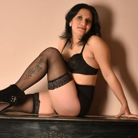 Reife Escort Ladie Naomi bietet Reisebegleitung über Sexanzeigen