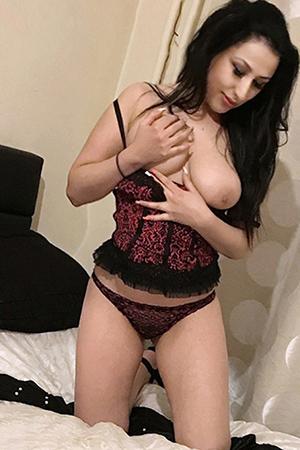 Raya - Zierliche 18 jährige Reisebegleitung macht auch Arsch Sex